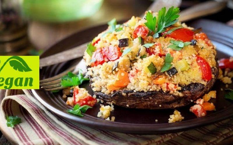 Μανιτάρια γεμιστά με ντομάτα, κουσκούς και αβοκάντο
