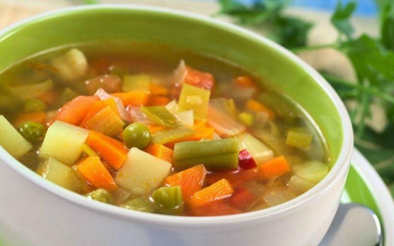 Σούπα λαχανικών με βασιλικό, σκόρδο κι ό,τι άλλο σχεδόν βρίσκεται στο μπαξέ μας!