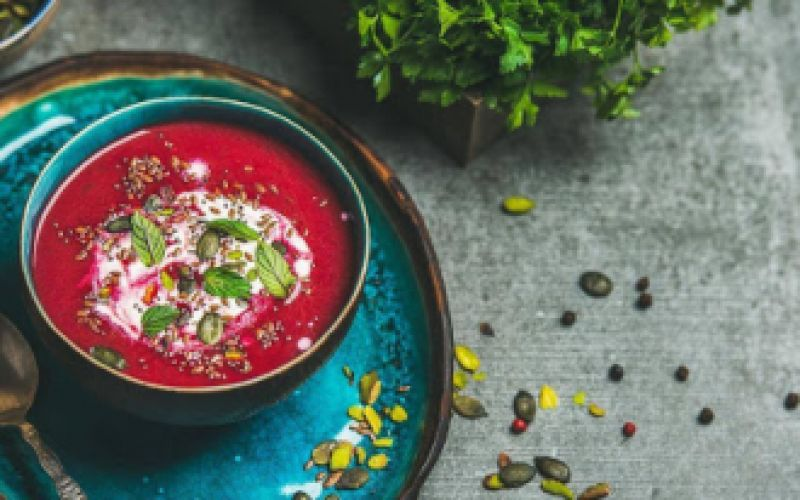 Vegan σούπα με παντζάρι και φινόκιο.