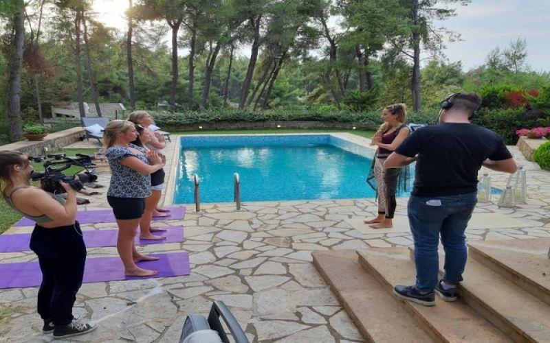 Η ελληνιδα θεραπευτρια που παρουσιαζει το Rich Holiday Poor Holiday στο Channel 5 της Αγγλιας