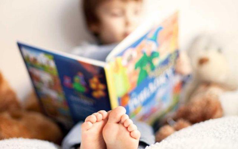 Αντί για τάμπλετ, διαβάστε ένα βιβλίο στα παιδιά σας