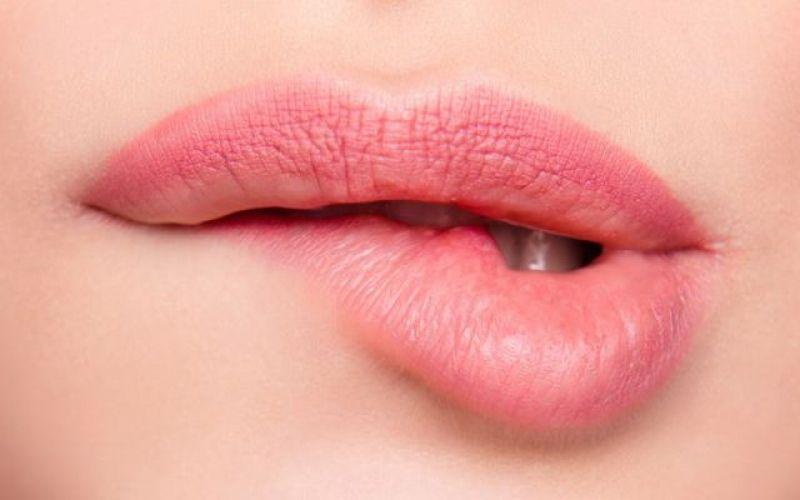 Σπιτικές λύσεις για σκασμένα χείλη