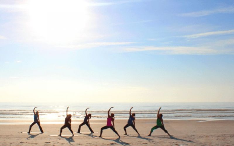 7 λόγοι για να κάνετε yoga στην παραλία